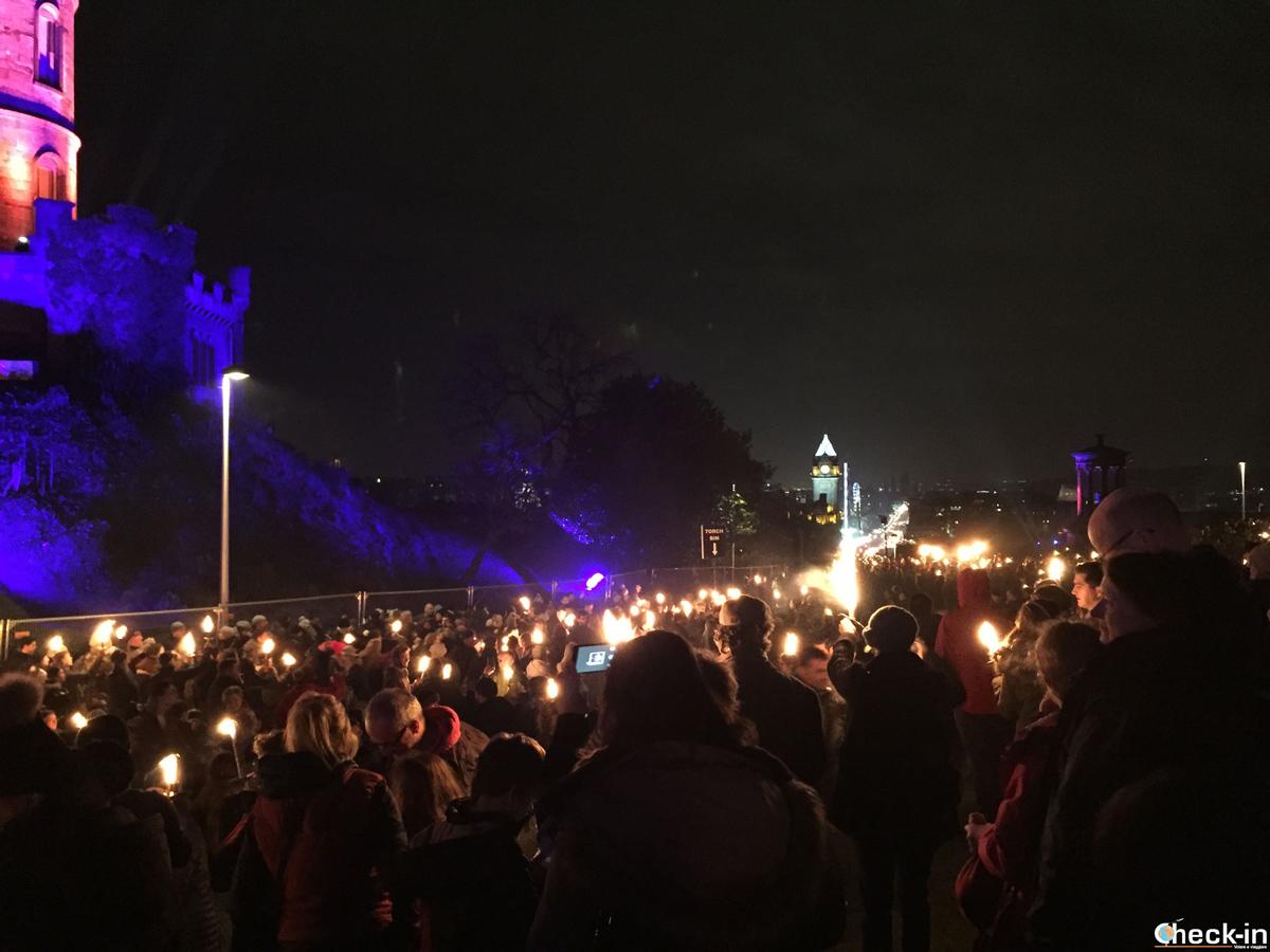 Capodanno a Edimburgo (Hogmanay): la Torchlight Procession giunge a Calton Hill