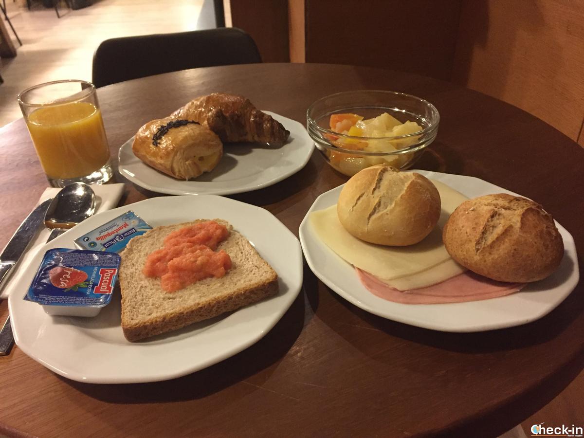 Il buffet a colazione presso l'Hostal Persal in centro Madrid, vicino a Puerta del Sol