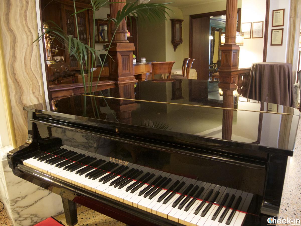 Il pianoforte a coda del Grand Hotel Savoia di Genova
