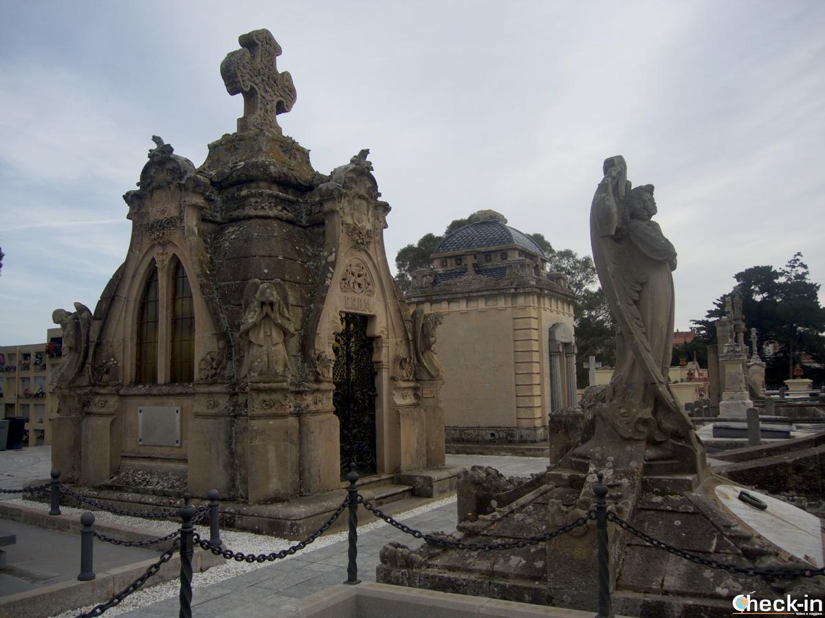 Tombe e mausolei nel Cementerio modernista di Lloret de Mar, Spagna