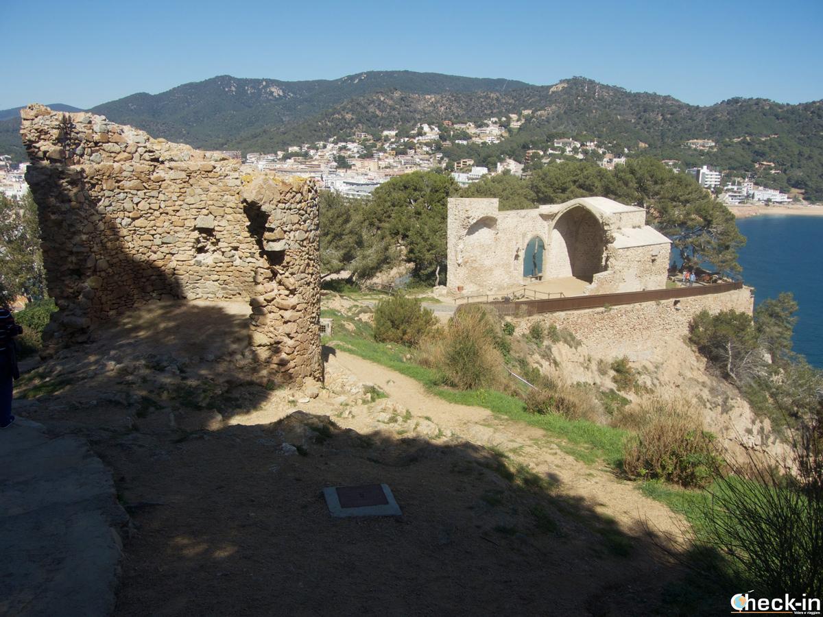 Le rovine dell'Iglesia de S. Miguel nella Vila Vella di Tossa de Mar
