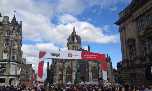 """Edimburgo ad agosto, il Fringe Festival e la Military Tattoo. Come """"sopravvivere"""" in città."""