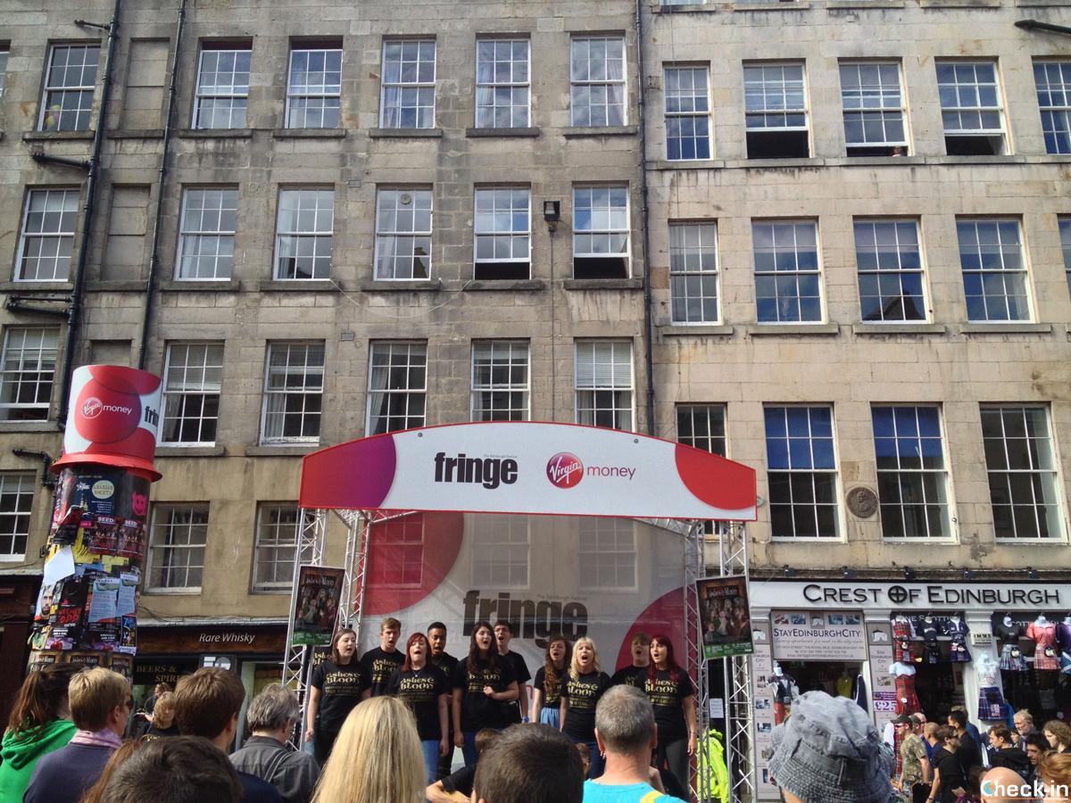 Artisti del Fringe Festival sulla Royal Mile di Edimburgo