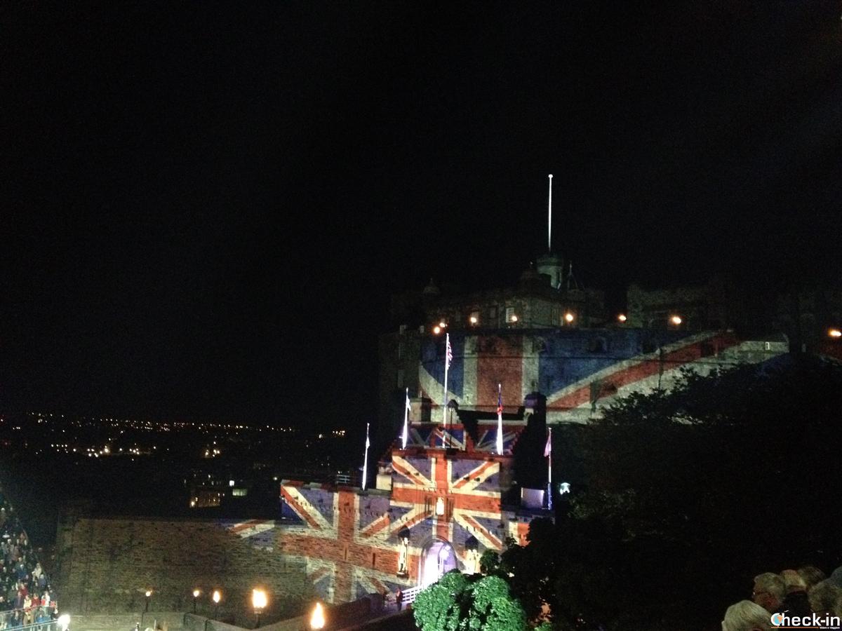 Proiezioni e giochi di luce sul Castello di Edimburgo durante la Military Tattoo