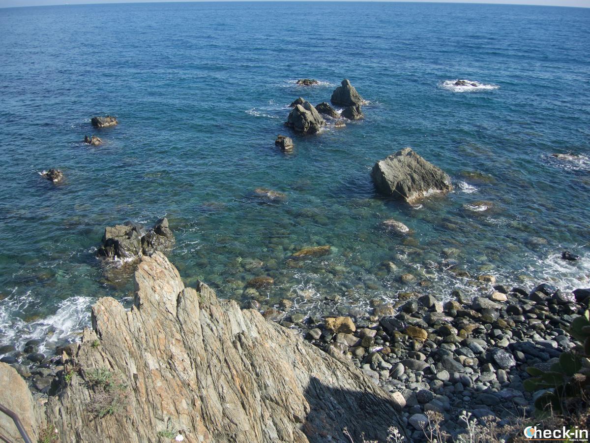 I colori del Mar Ligure dalla passeggiata tra Cogoleto e Arenzano