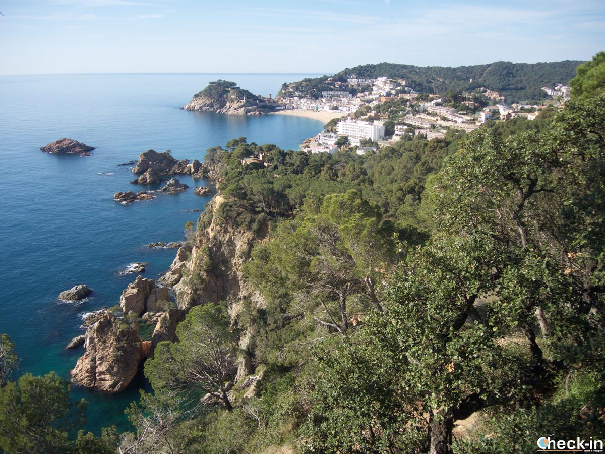 Vista panoramica di Tossa de Mar dal sentiero che conduce a Cala Pola