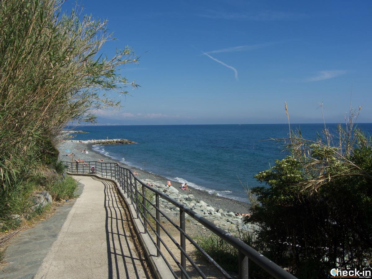 Spiaggia lungo la passeggiata De Andrè tra Cogoleto e Varazze