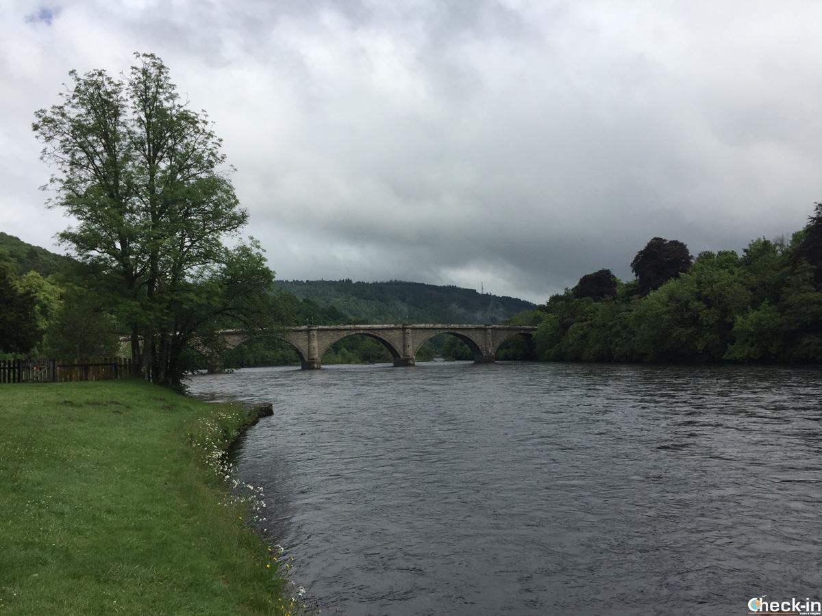 Il Dunkeld Bridge visto dalla foresta vicino alla Cattedrale