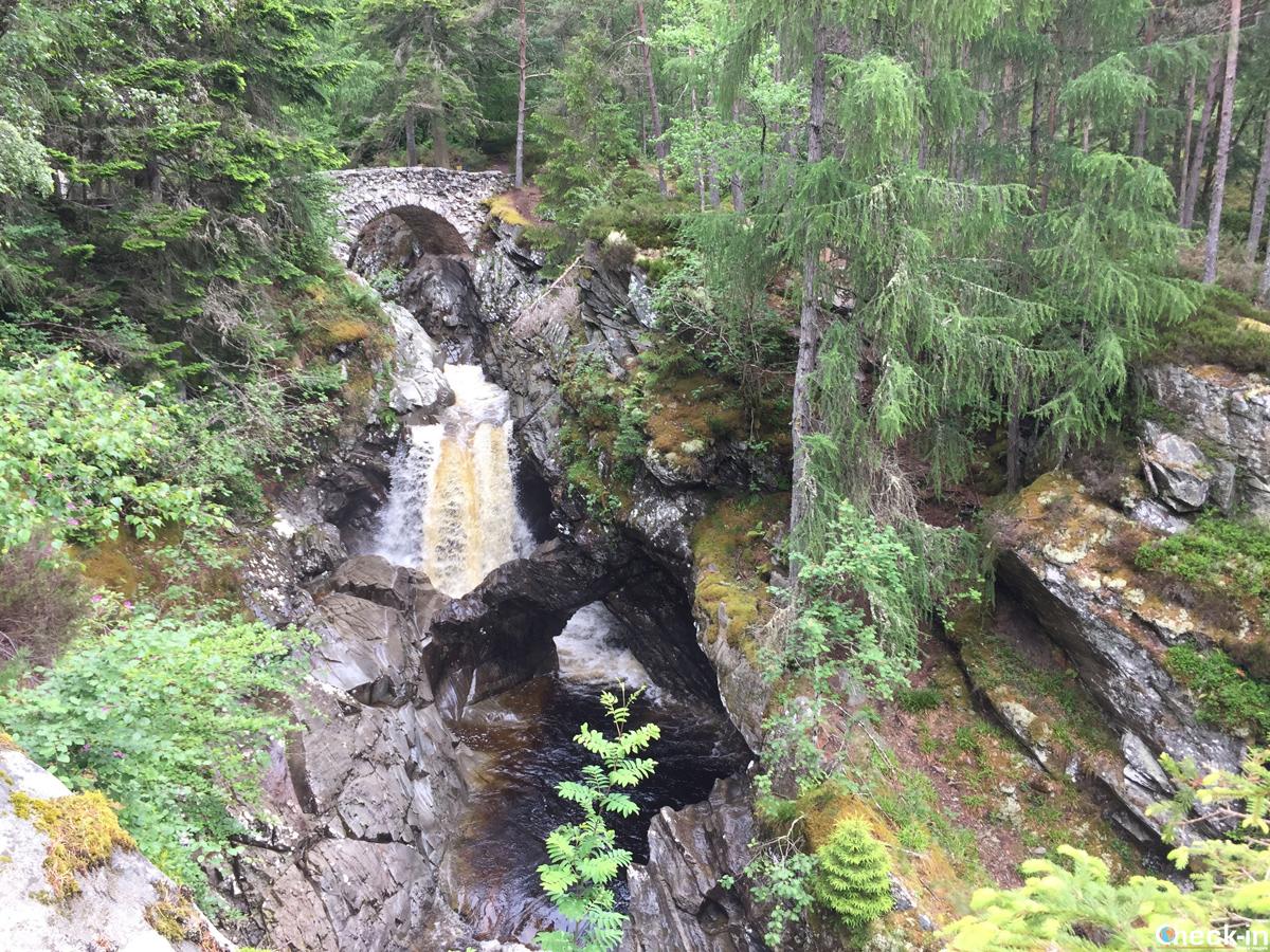 Le lower falls of Bruar e l'arco in pietra