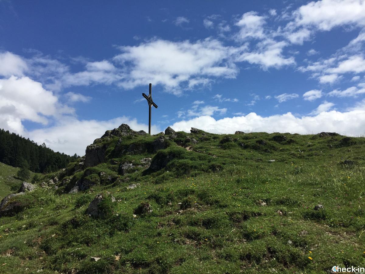 Croce nei pressi del Ritzau Alm nella valle del Kaisertal in Austria