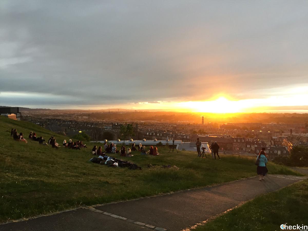 Tipico cielo al tramonto sopra Calton Hill a Edimburgo