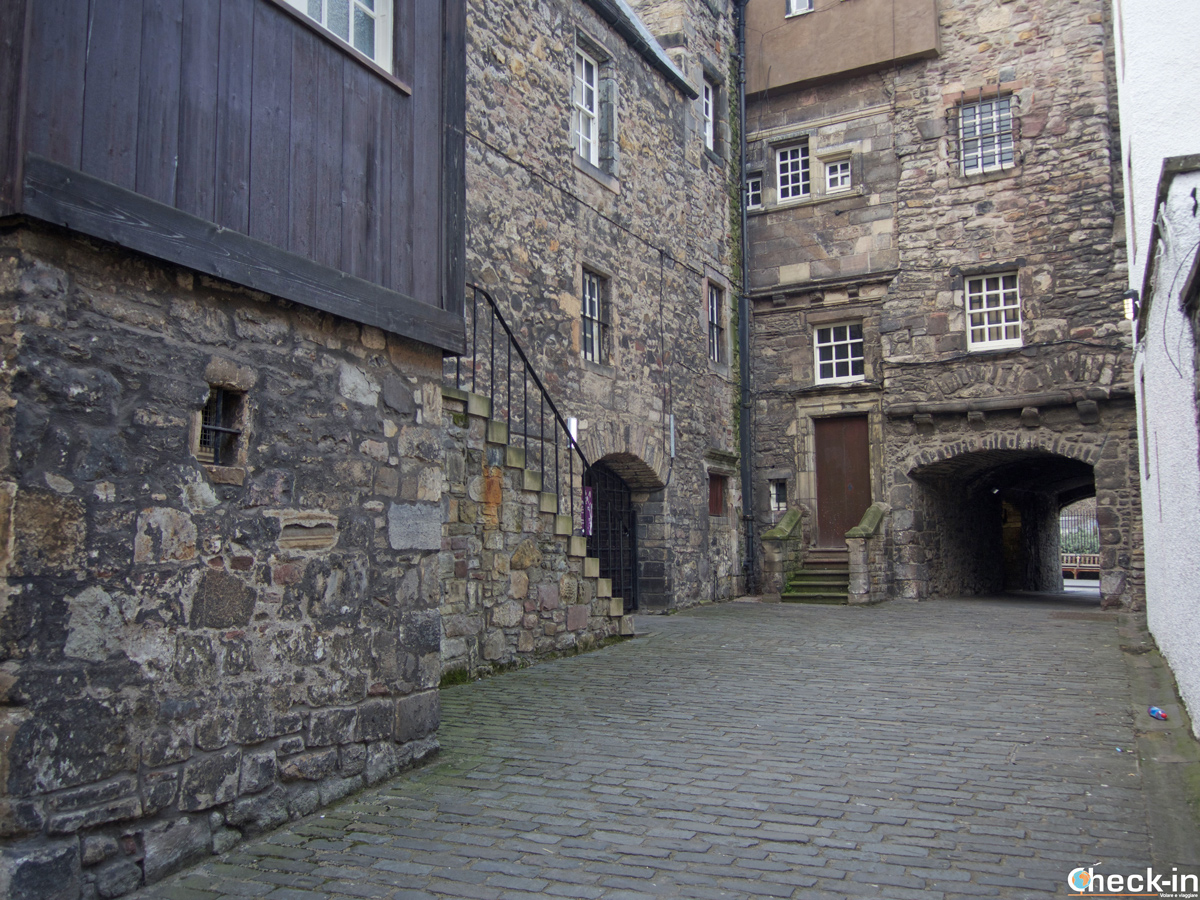 Il Bakehouse Close in Canongate, location della tipografia di Edimburgo in Outlander