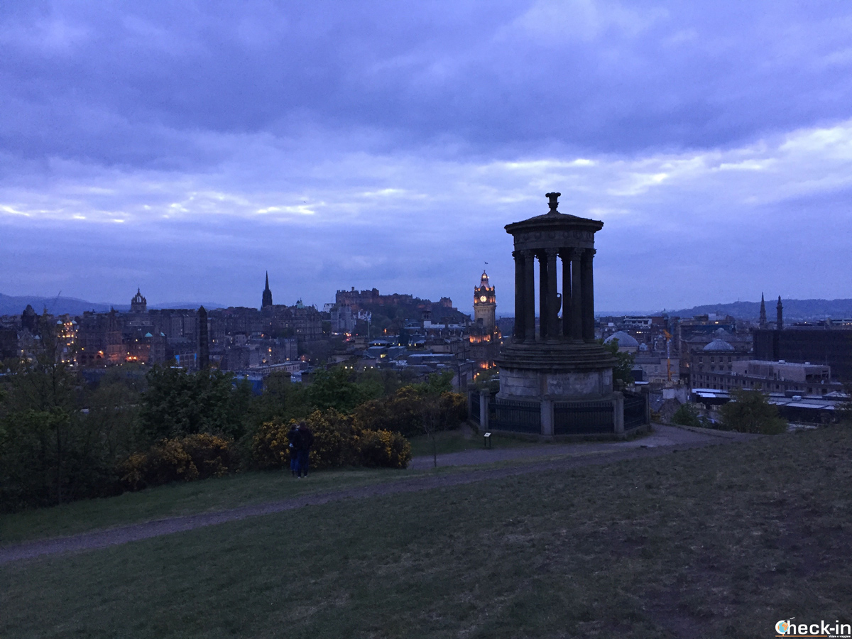 Il Dugald Stewart Monument a Calton Hill by night