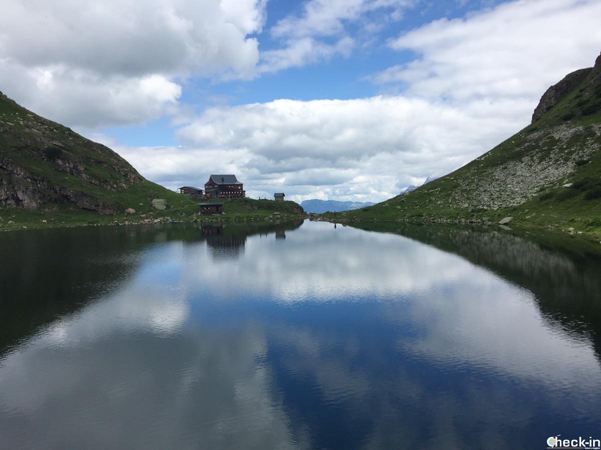 Il lago alpino WIldlodersee a Fieberbrunn, vicino a Kitzbühel - Tirolo, Austria