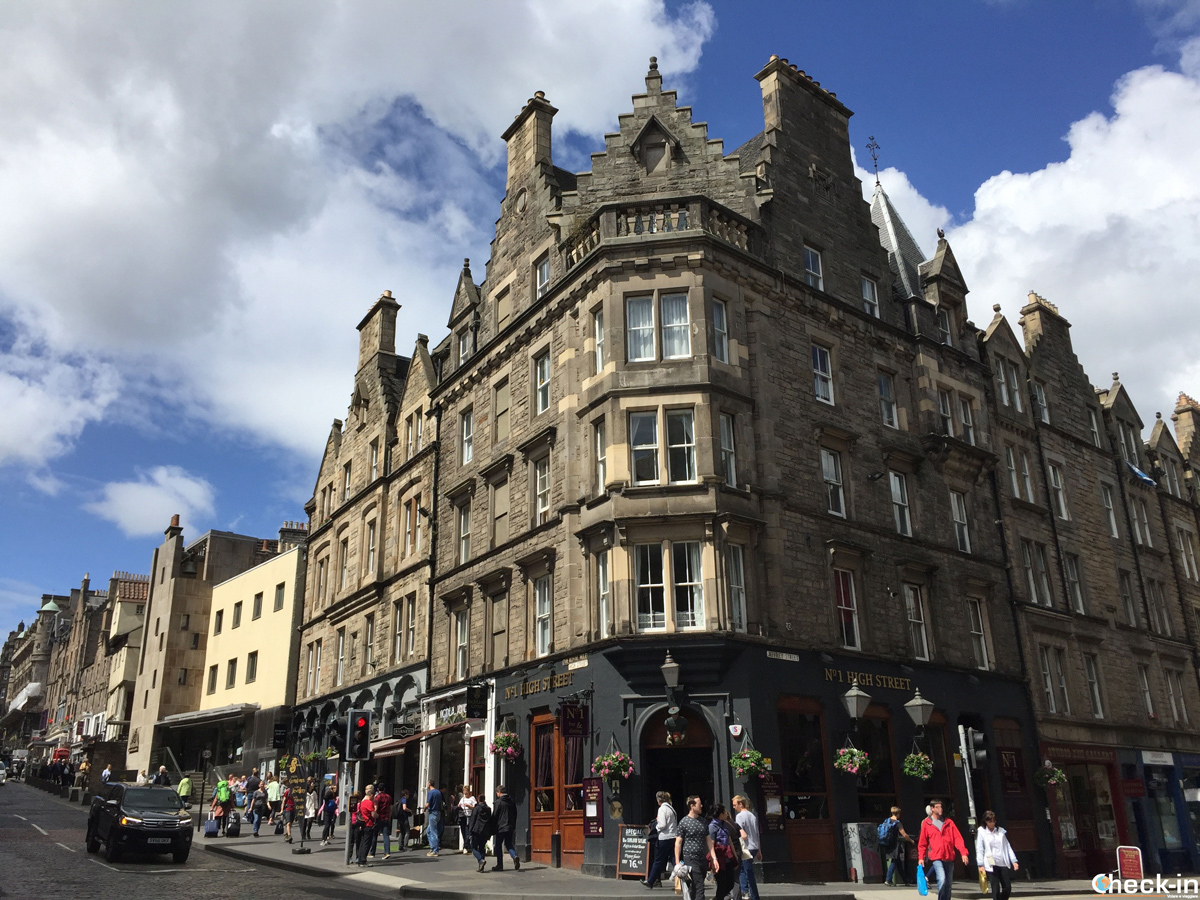 Da High Street a Canongate lungo il Royal Mile a Edimburgo