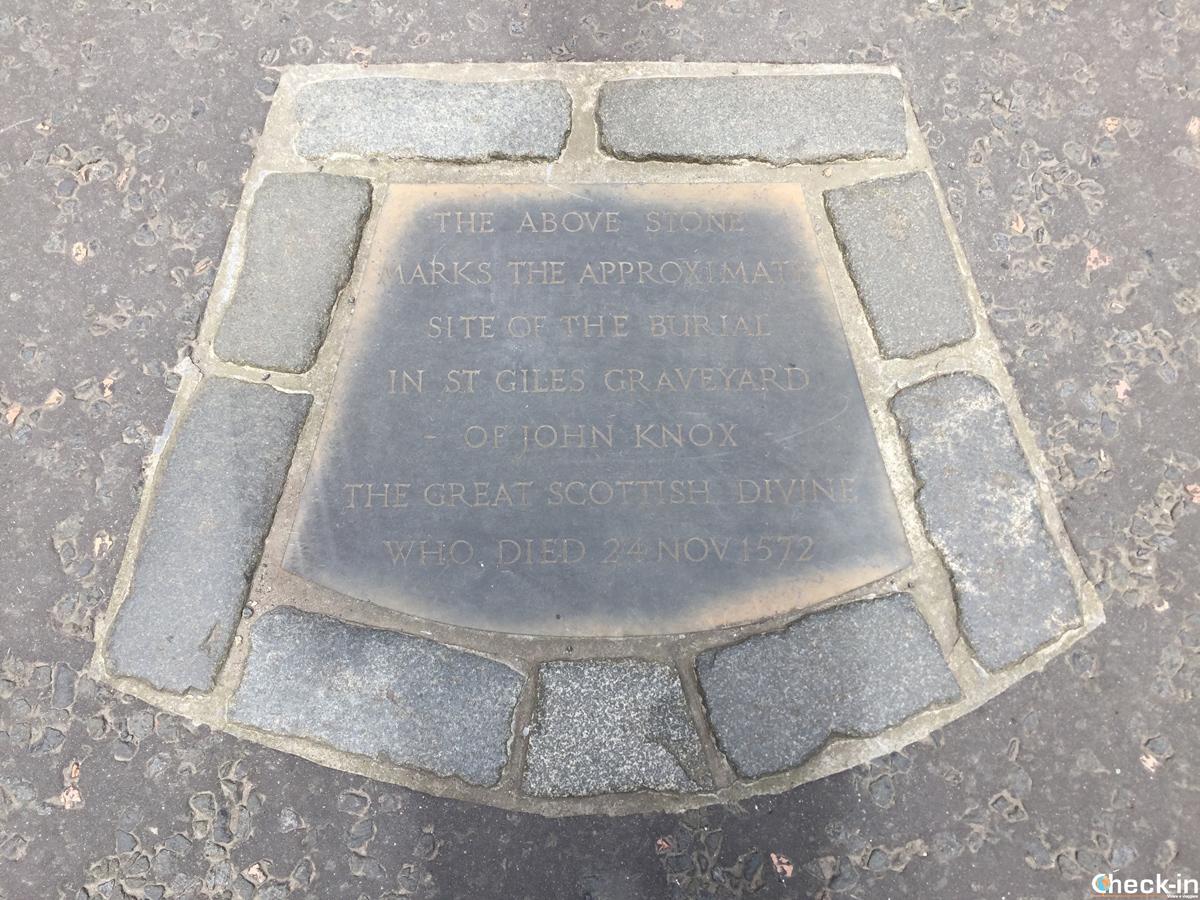 Lapide sulla tomba di John Knox in Parliament Square a Edimburgo