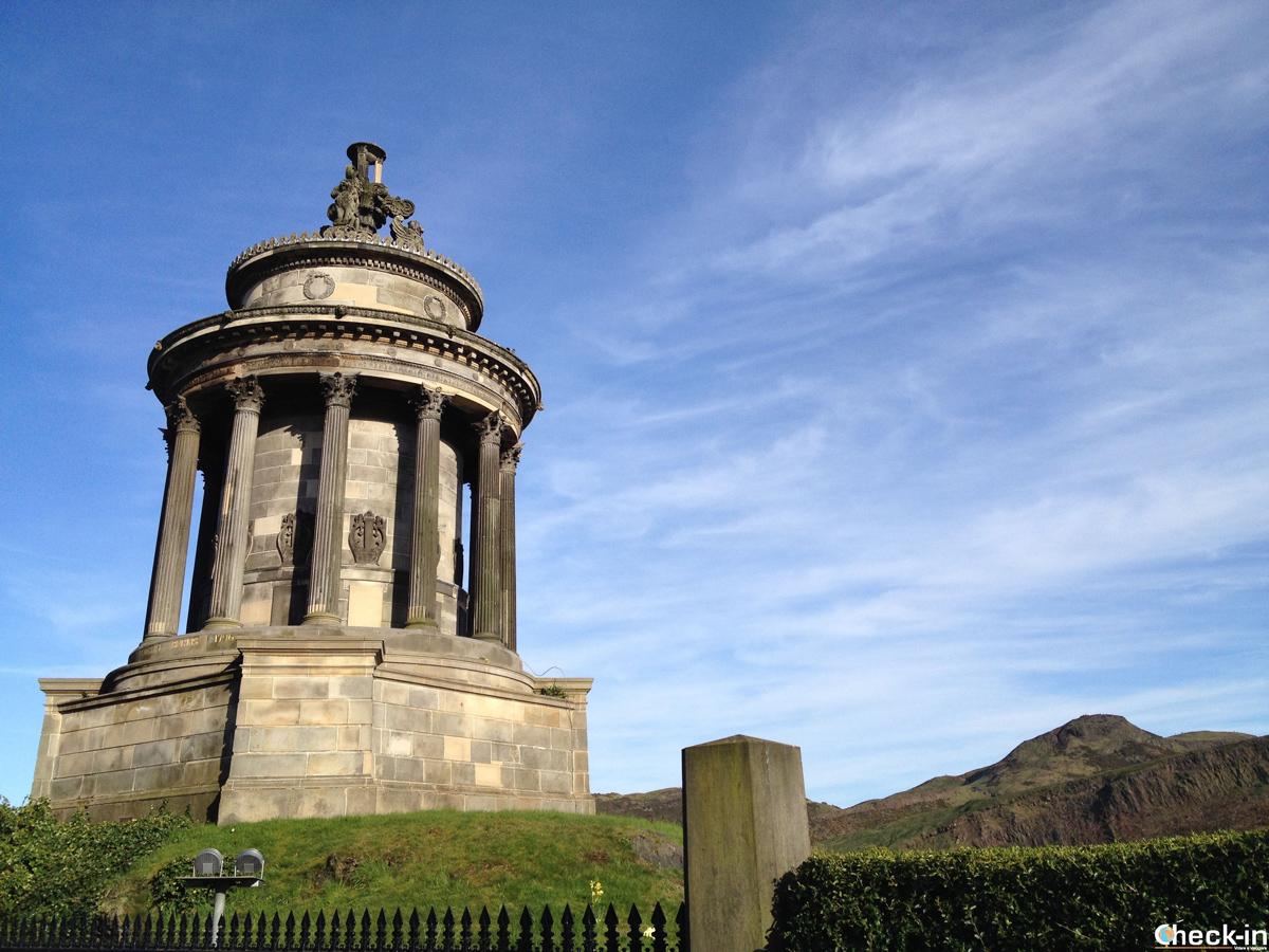 Il Burns Monument ai piedi della collina di Calton Hill a Edimburgo
