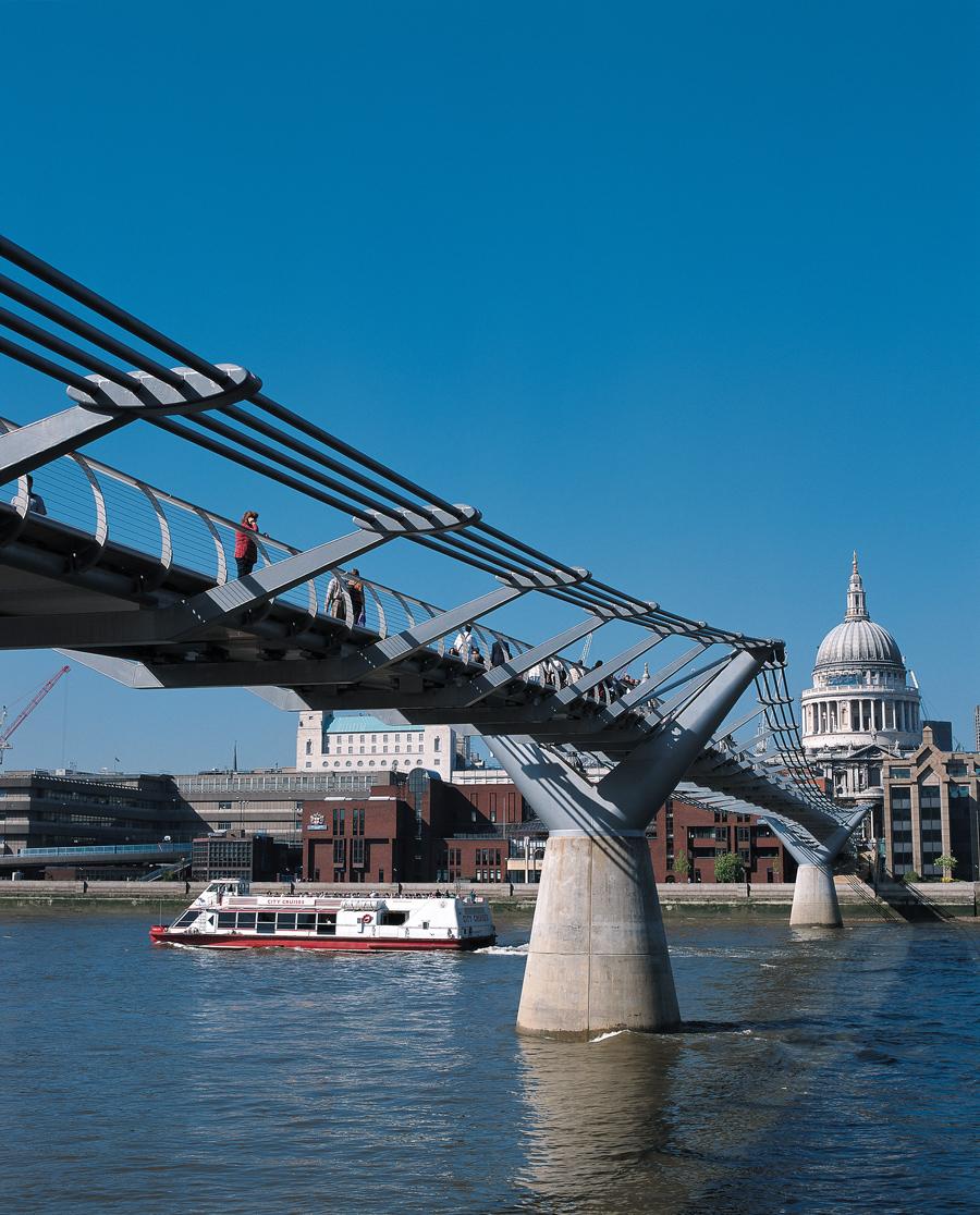 La St Paul Cathedral ammirato dal Millenium Bridge di Londra