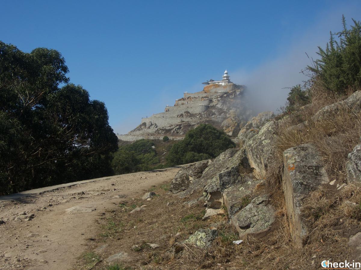 In cammino sul sentiero verso il Faro de Cíes nelle isole della ría di Vigo