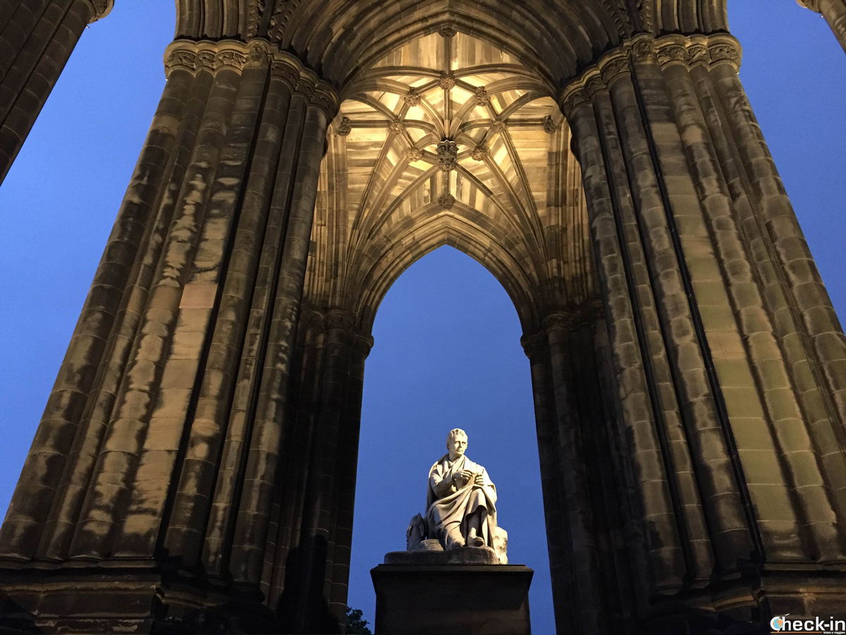 Il Walter Scott Monument a Edimburgo by night