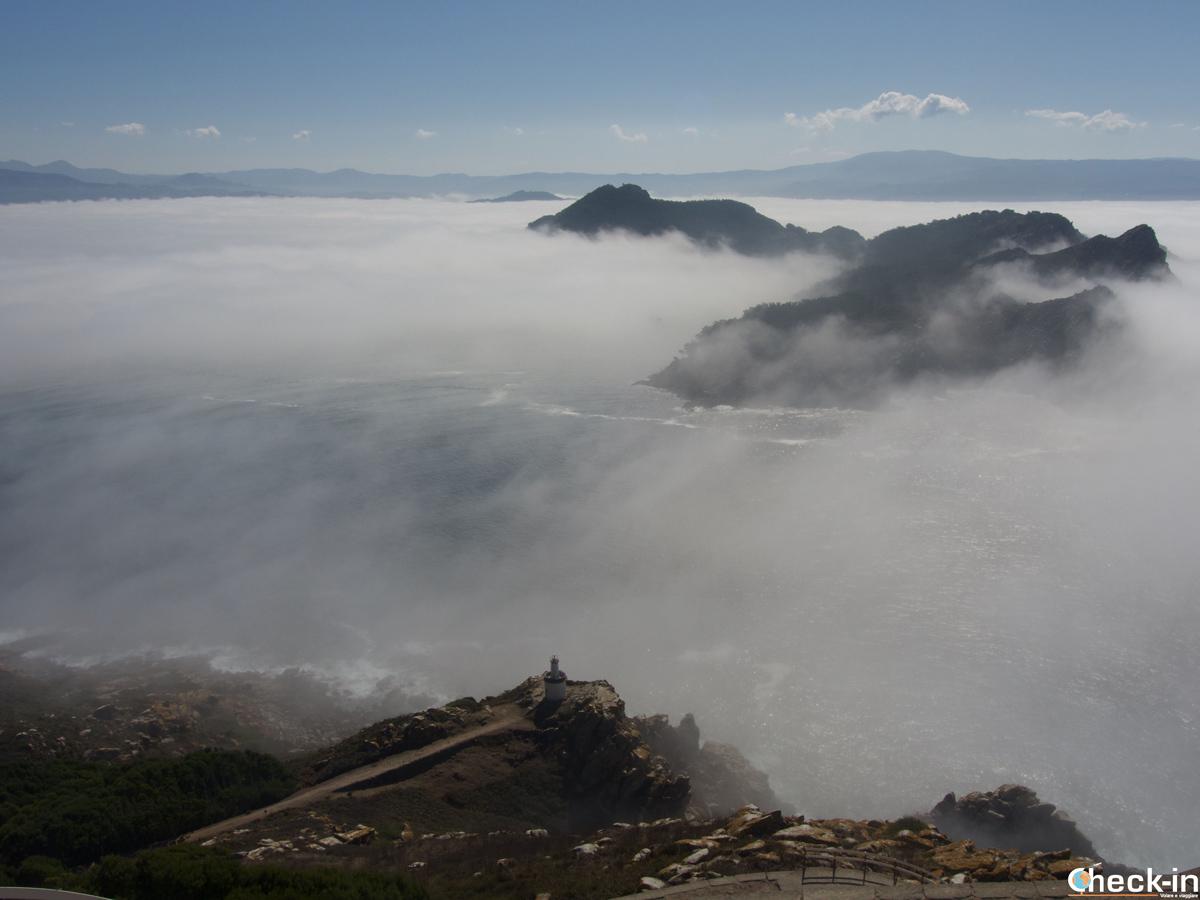 La nebbia avvolge il paesaggio attorno alle isole Cíes. Scorcio dal Faro de Cíes sul Monte Faro.