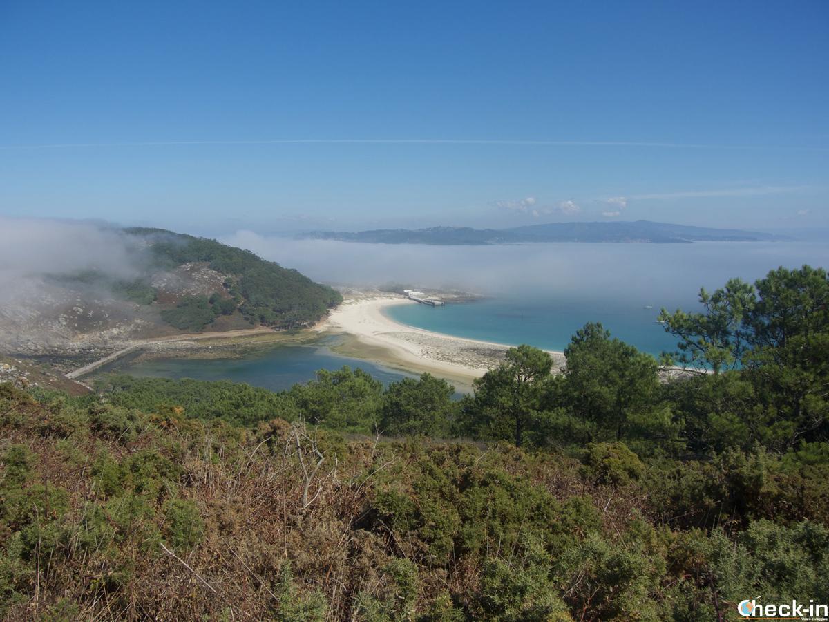 Scorcio delle isole Cíes e della spiaggia de Rodas dal Monte Faro