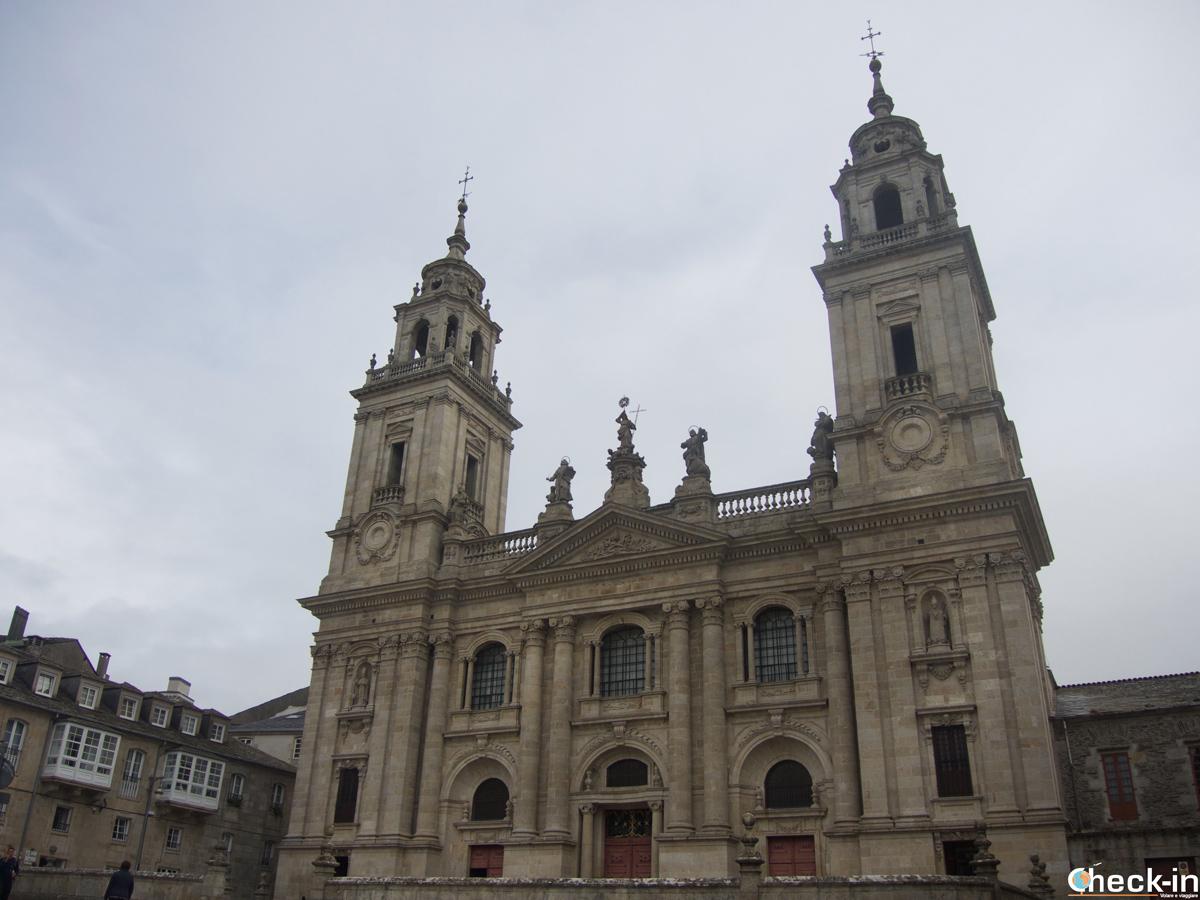 Vistazo de la fachada principal de la Catedral de Lugo