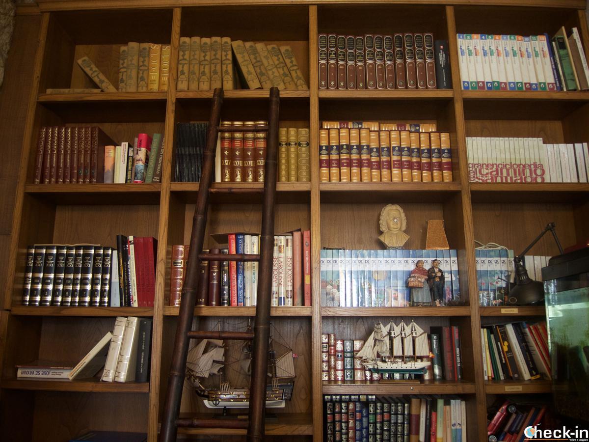 Biblioteca con passaggio segreto nella Casa Histórica de Cambados - Galizia, Spagna