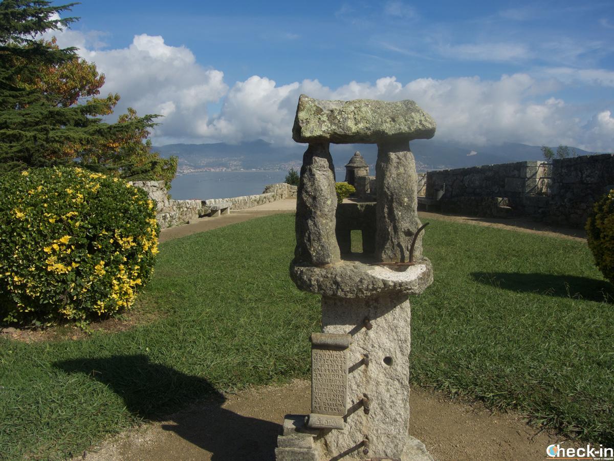 La fortezza di O Castro dall'interno del giardino - Galizia, Spagna