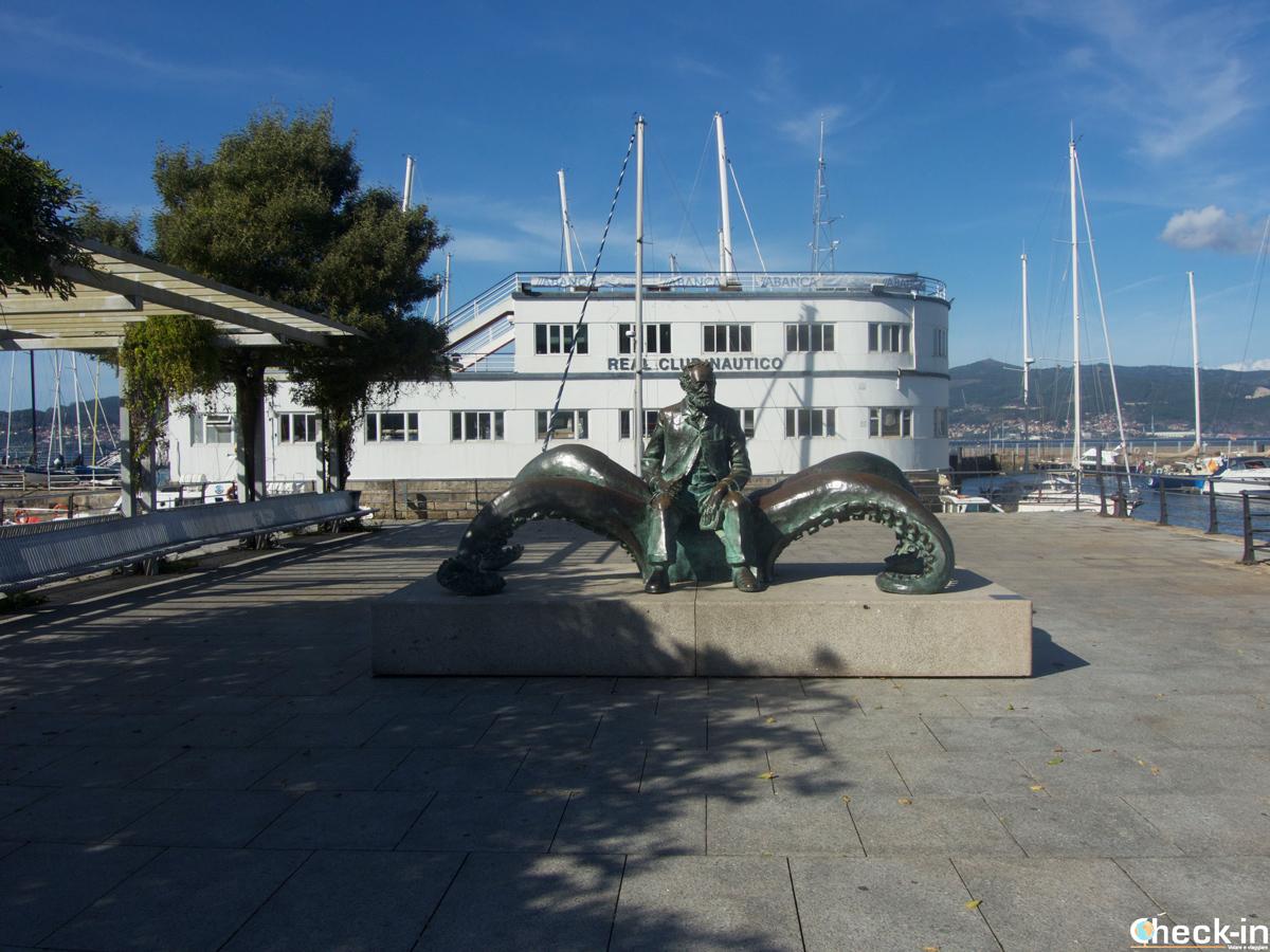 Il monumento a Jules Verne davanti al Club Nautico di Vigo - Galizia, Spagna
