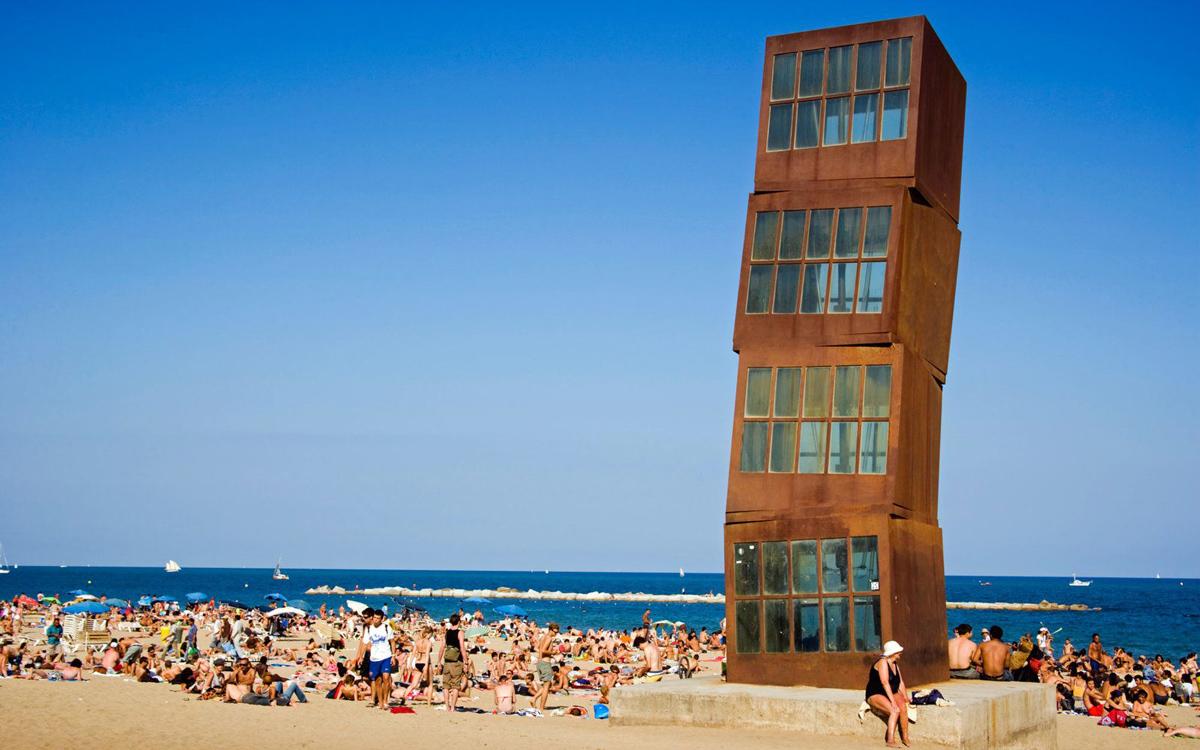 """Il Monumento """"Stella ferita"""" nella spiaggia di Barceloneta a Barcellona"""