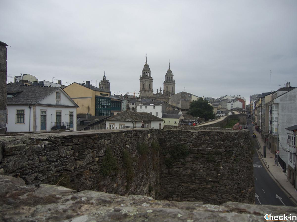 Scorcio delle mura romane di Lugo con sullo sfondo la Cattedrale di S. María