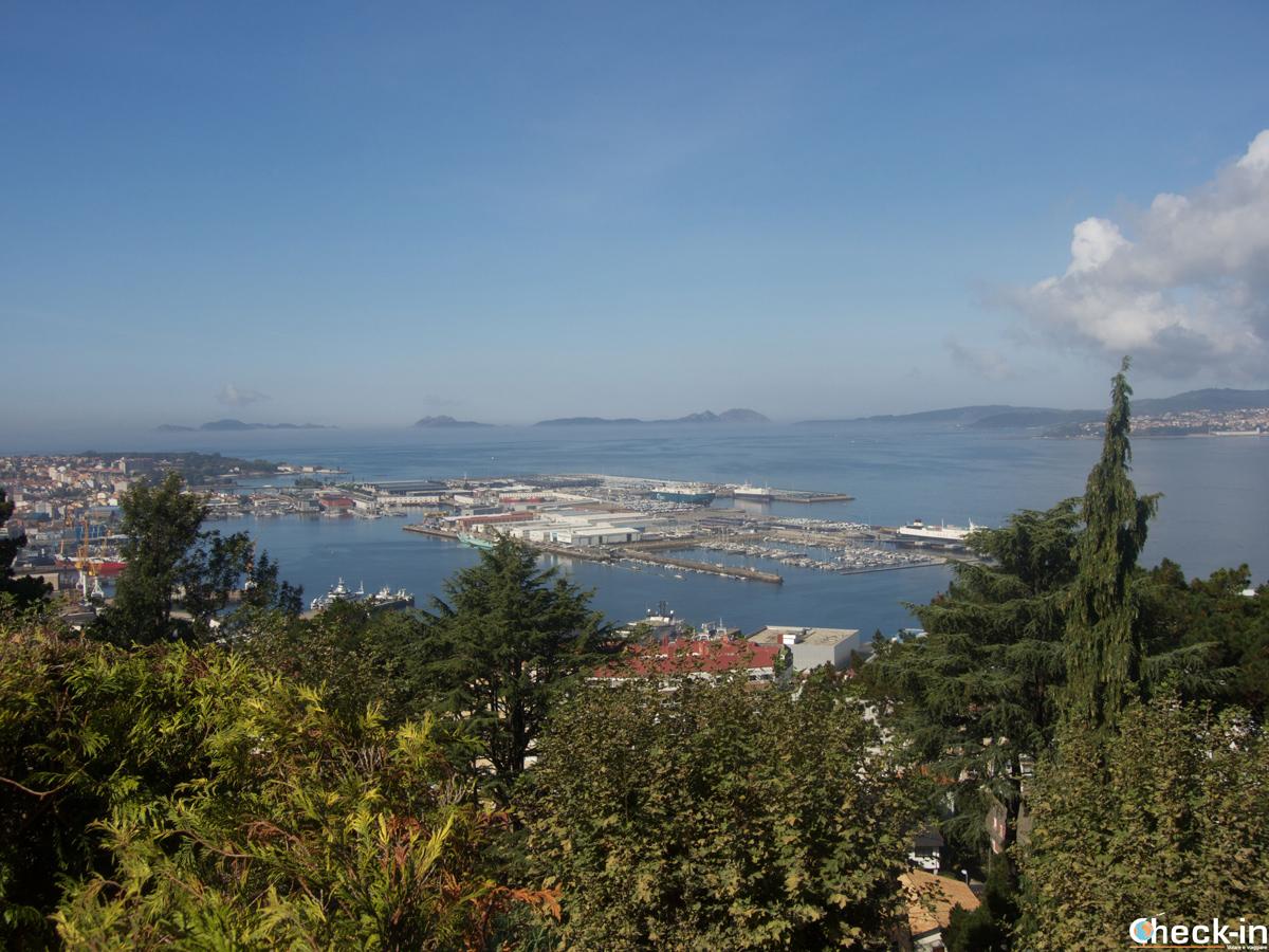 Porto di Vigo e isole Cíes all'orizzonte ammirate dalla collina di O Castro