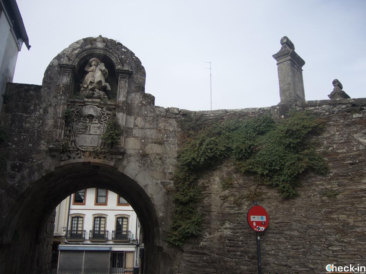 Porta de Santiago en la muralla romana de Lugo - Galicia, España