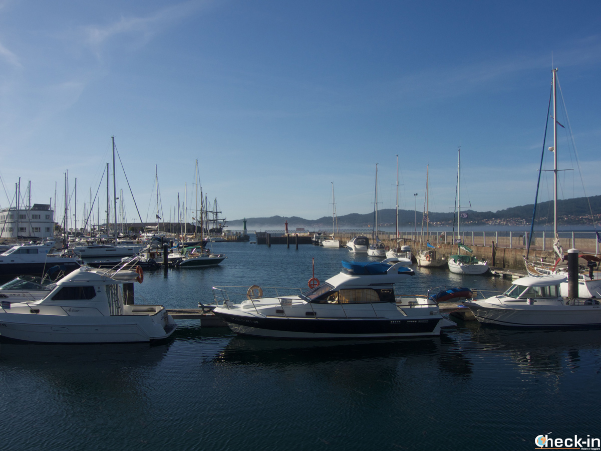 Imbarcazioni ormeggiate nel porto di Vigo in Spagna