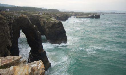 Norte de Galicia, excursión en tren turístico para disfrutar de los faros y de las playas más bonitas