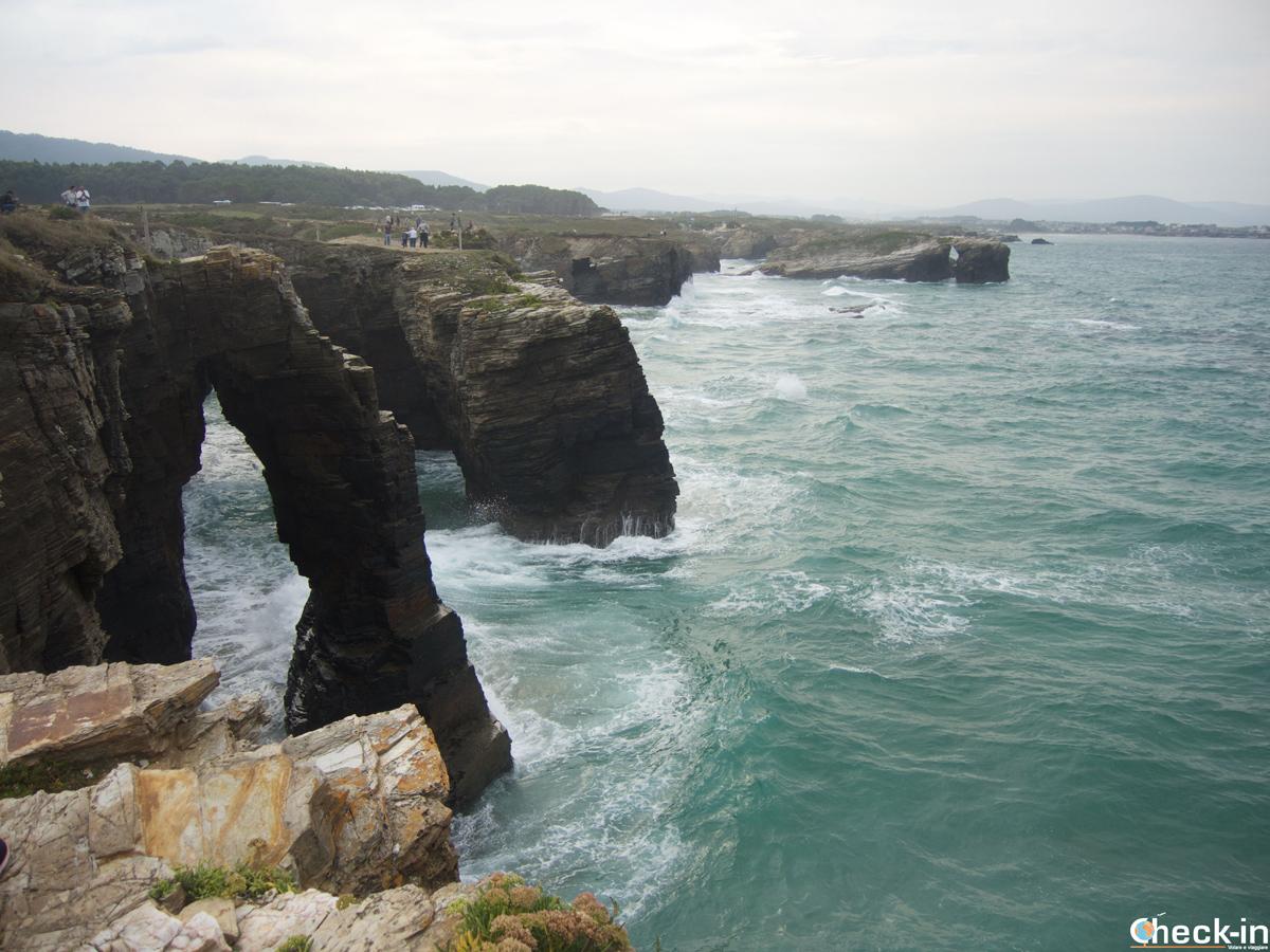 Vistazo panorámico de la Playa de las Catedrales en Ribadeo - Galicia del norte, España
