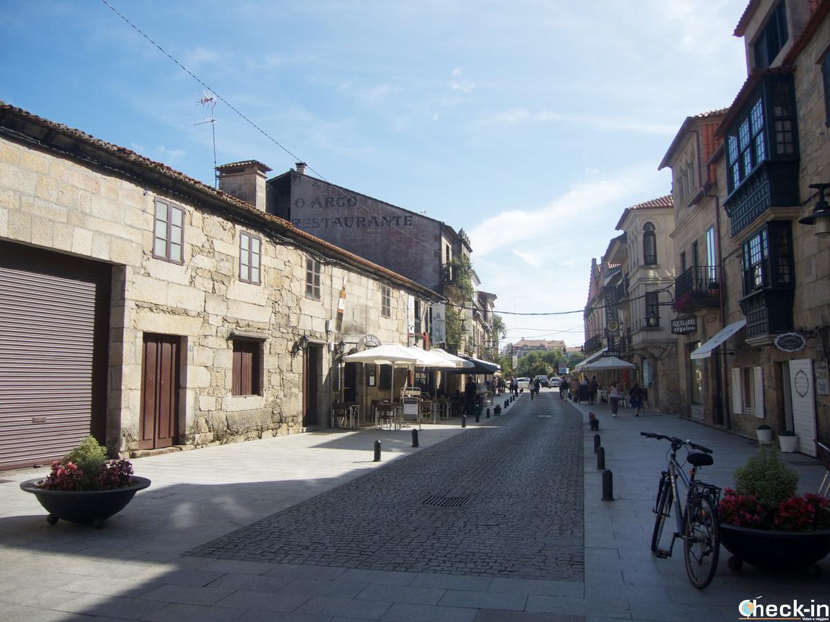 Calle de Cambados con locales para degustar el vino blanco Albariño - Rías Baixas, Galicia (España)