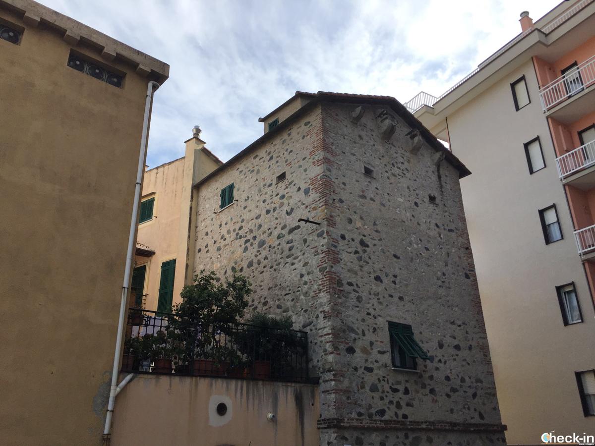 Torre di difesa nel cuore medievale di Cogoleto, Liguria