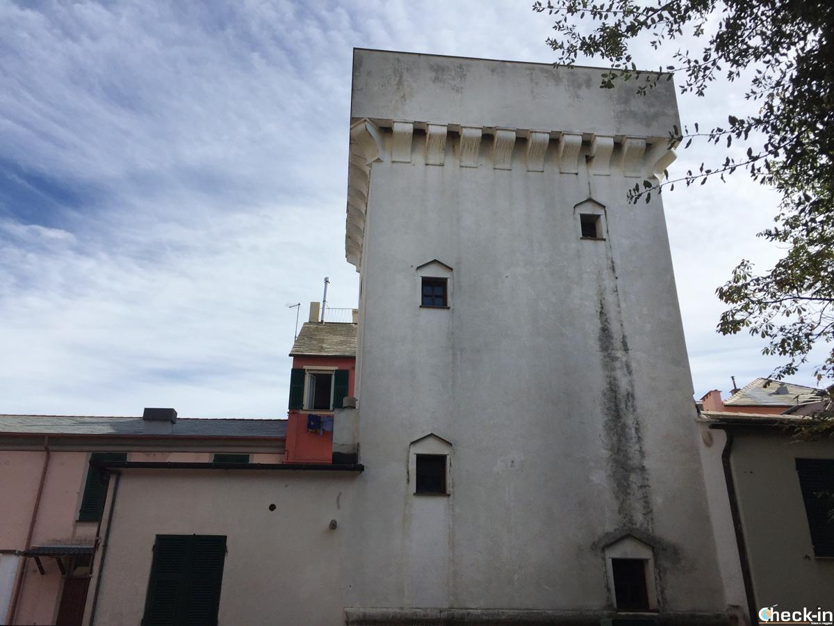 Torre di difesa dalla stazione ferroviaria di Cogoleto - Genova