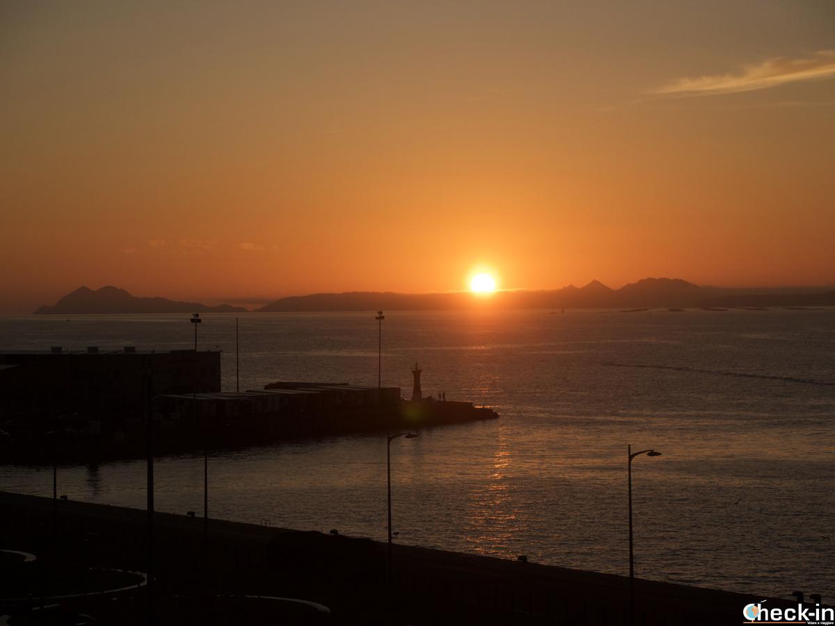 Tramonto sulle isole Cíes ammirato dal porto di Vigo, Galizia (Spagna)