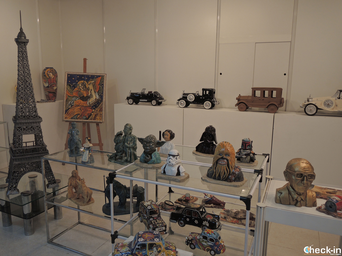 Oggetti in ceramica esposti nella sede dell'AVEC a Manises - Provincia di Valencia, Spagna