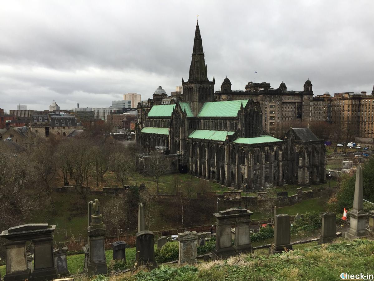 La Cattedrale di Glasgow ammirata dalla Necropolis