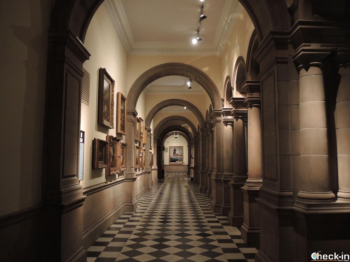 Un corridoio del Kelvingrove Art Gallery and Museum di Glasgow