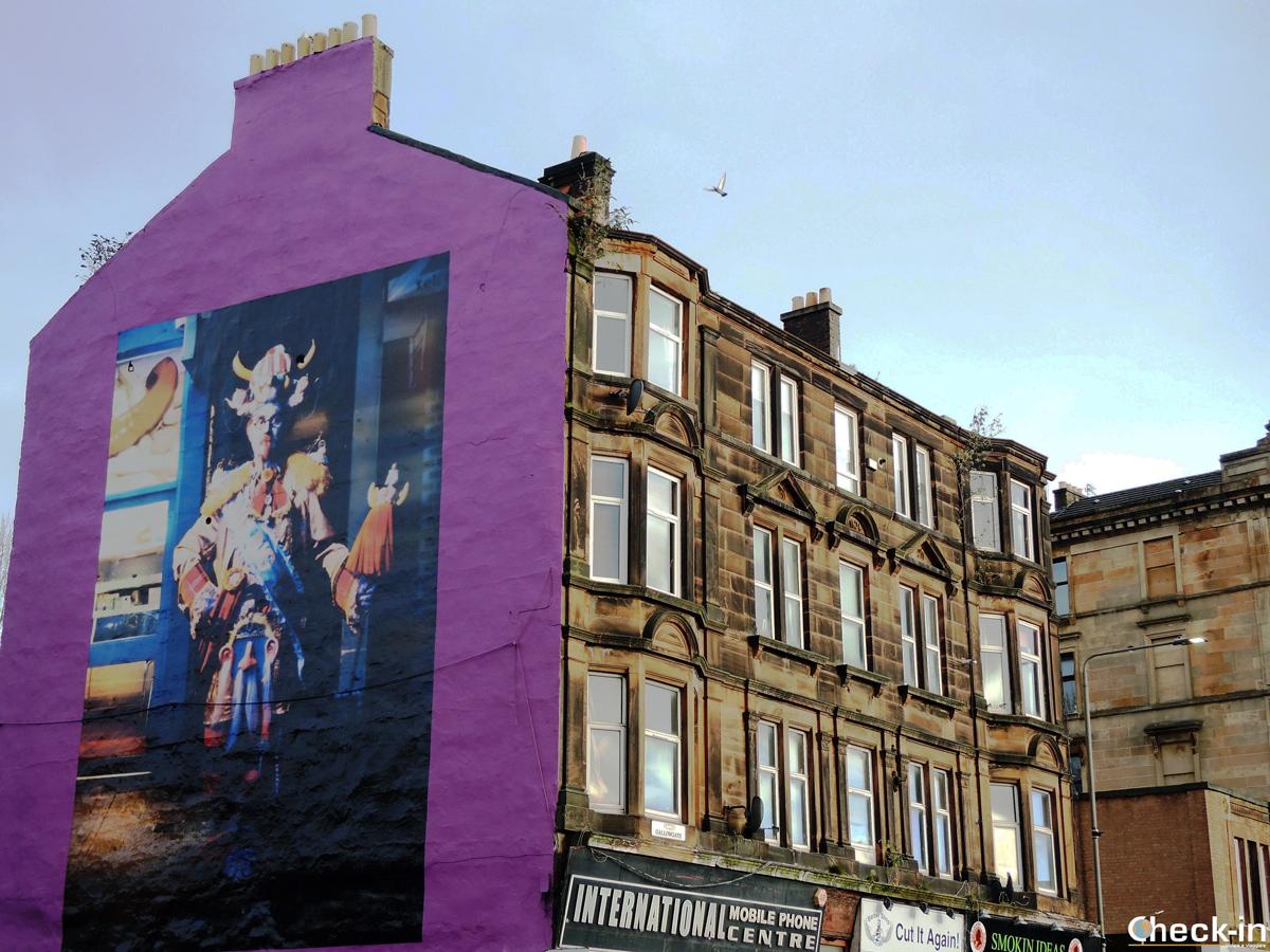Un murales abbellisce il muro di una casa dell'East End di Glasgow