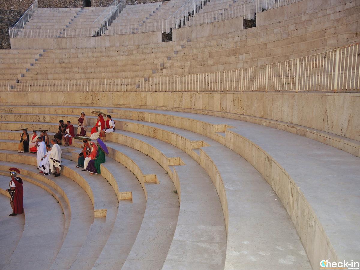 Persone con vestiti d'epoca sulle gradinate del Teatro Romano di Sagunto - Valencia, Spagna
