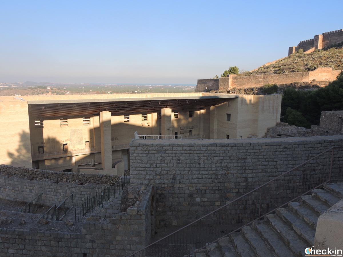 Scorcio del Teatro Romano con il Castello di Sagunto sullo sfondo