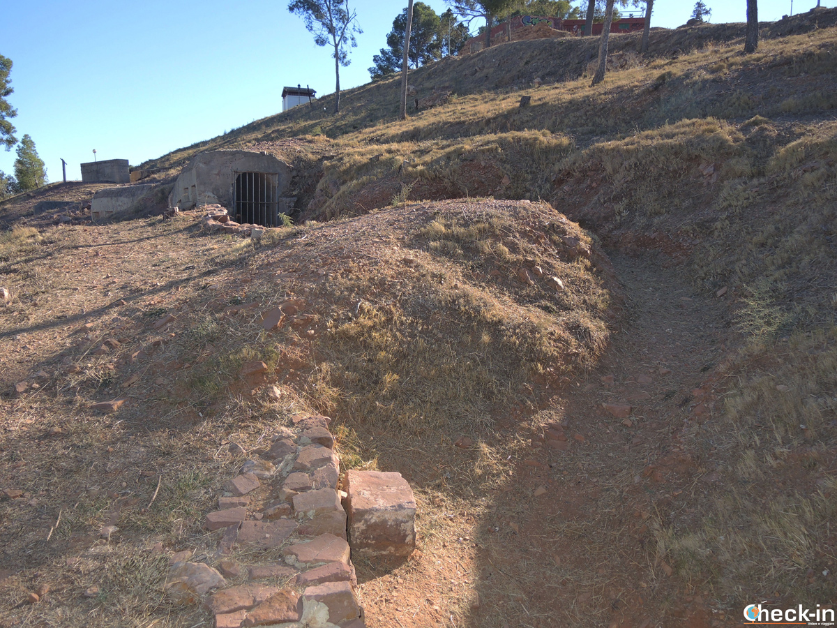 Le trincee della Guerra Civile Spagnola sulla collina di El Puig - Valencia, Spagna