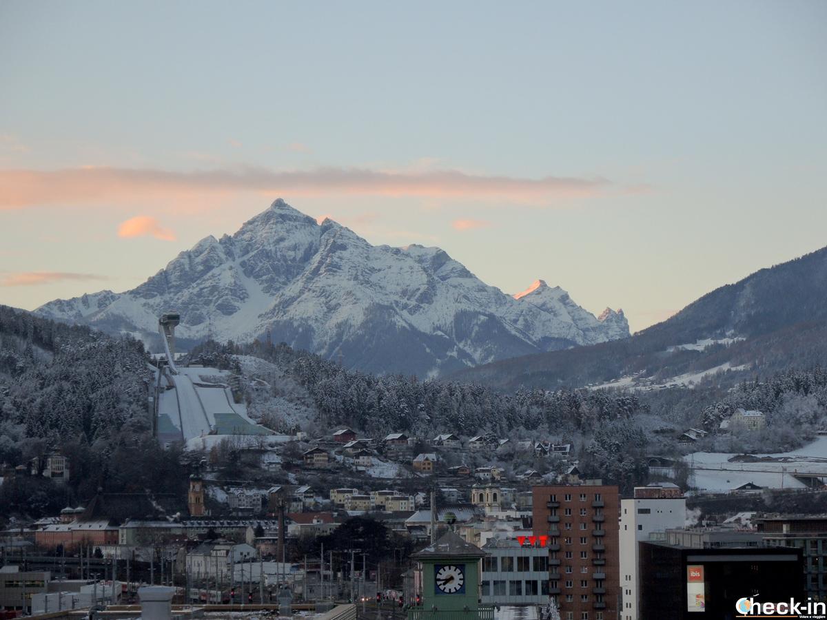L'alba sulle Alpi austriache ammirata dalla camera dell'aDLERS Hotel di Innsbruck