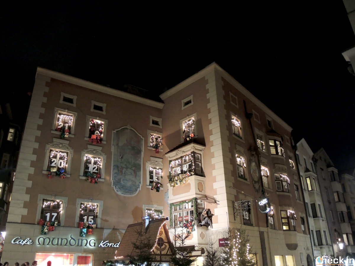 Il Calendario dell'Avvento visibile sul palazzo nel centro storico di Innsbruck (Austria)